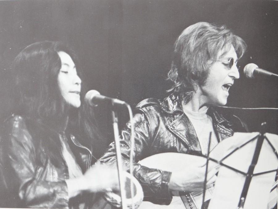 John+Lennon+and+Yoko+Ono+perform+%22Happy+Xmas.%22