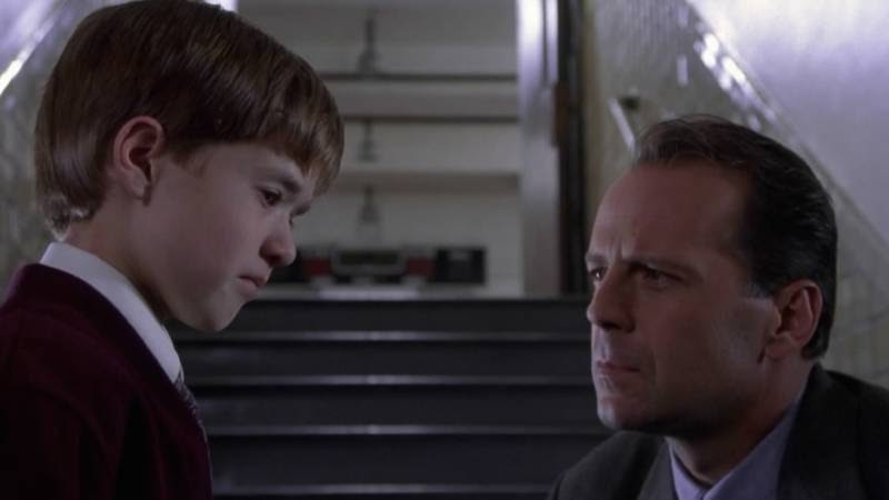 Assistant Opinion Editor Jula Utzschneider raves about the 'The Sixth Sense', writing that it was an all around fantastic film from the acting to the camera angles.